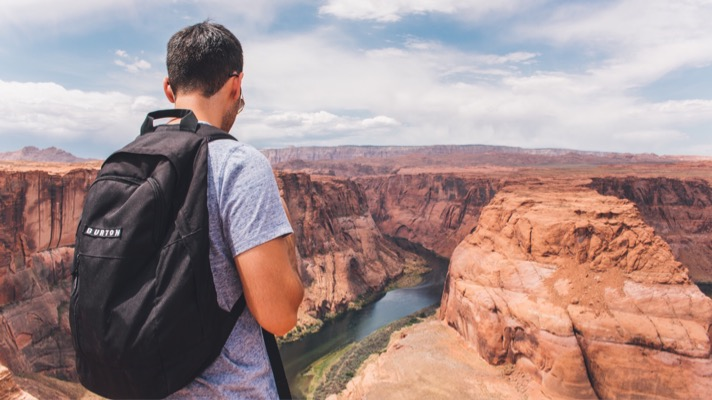 Man looking out over the Grand Canyon (Photo: Pexels, Pixabay)